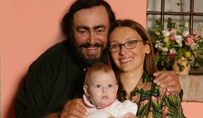 Лучано Паваротти и Николетта Мантовани с дочерью. / Фото: www.epimg.net