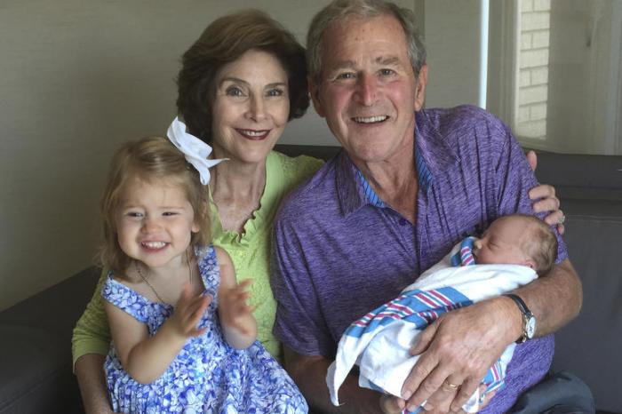 Джордж Буш-младший с женой и внуками. / Фото: www.msnbc.com