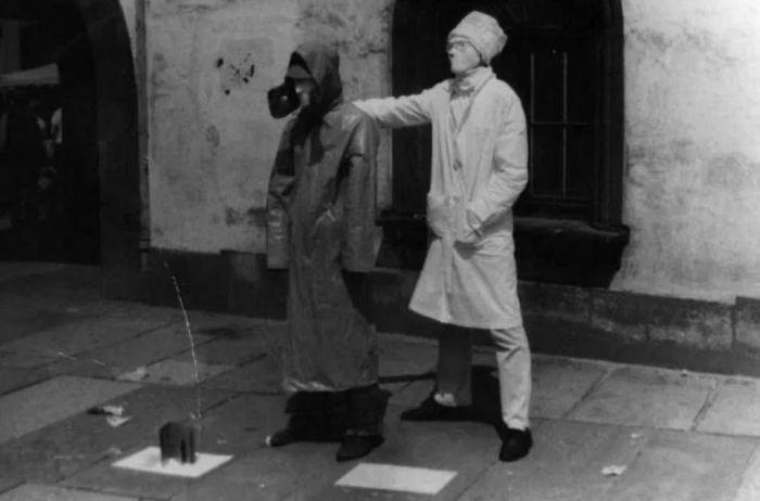 Евгений Гришковец (слева) и Сергей Ковальский на улице Берлина. Живые памятники. / Фото: www.odnovremenno.com