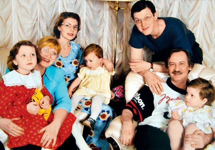 Нина Шацкая и Леонид Филатов с сыном актрисы Денисом, его женой Аллой и внучками Олей, Машей, Таней. 1999 год. / Фото: www.7days.ru