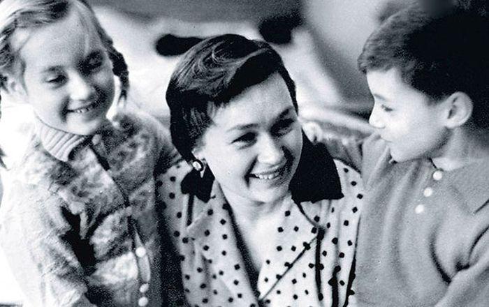 Нина Архипова с детьми Леной и Мишей. / Фото: www.kino-teatr.ru
