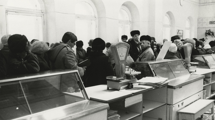 Пустые прилавки и огромные очереди в ожидании привоза продуктов были не редкостью. / Фото: www.100.iz.ru