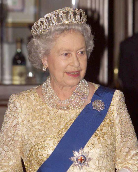 Елизавета II во Владимирской тиаре. / Фото: www.mx.hola.com