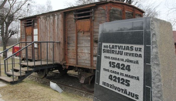 Памятник жертвам депортации в Латвии. / Фото: www.bessmertnybarak.ru