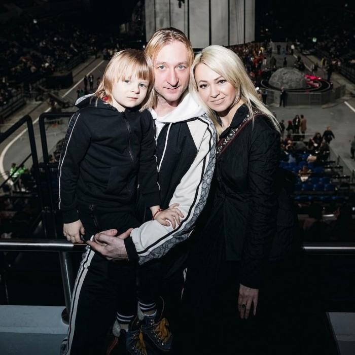 Яна Рудковская и Евгений Плющенко с сыном. / Фото: www.mycdn.me