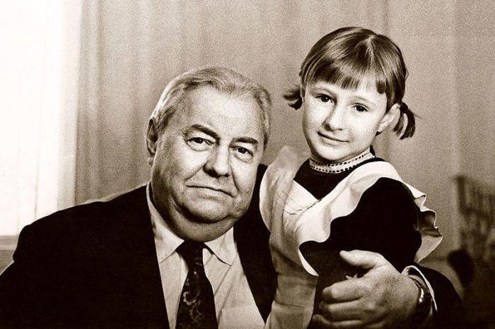 Екатерина Шукшина  с дедушкой, Анатолием Софроновым. / Фото: www.7days.ru
