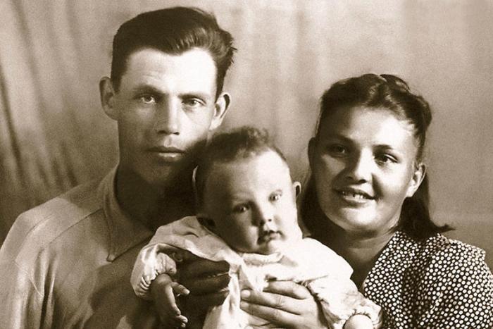 Маленький Валерий Хлевинский с мамой и папой. / Фото: www.7days.ru