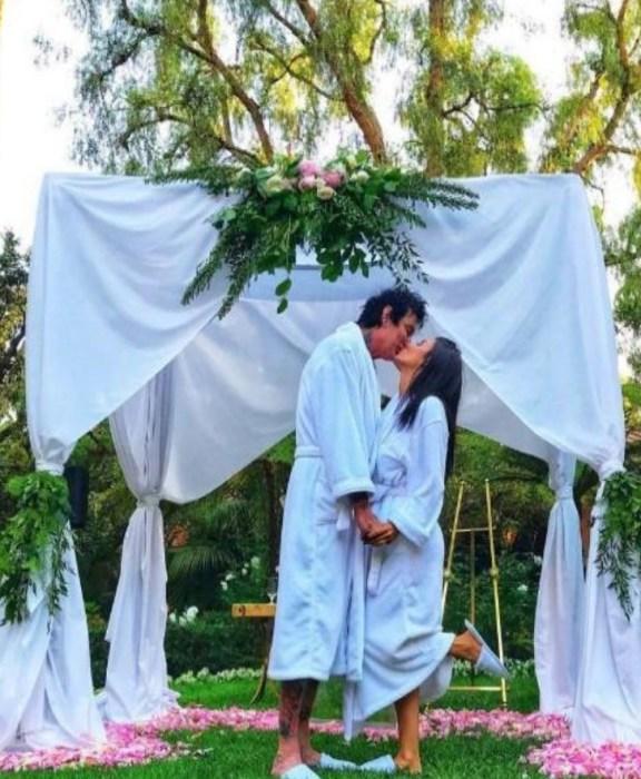 Томми Ли и Бриттани Фурлан в день свадьбы. / Фото: www.femalefirst.co.uk