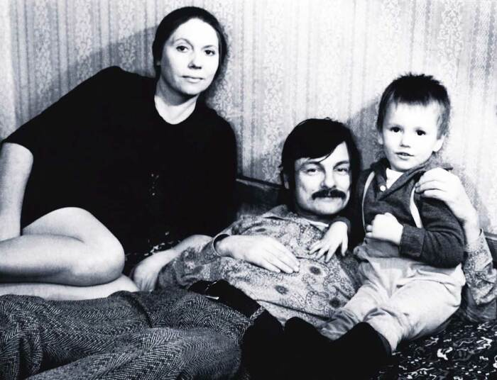 Андрей Тарковский и Лариса Кизилова с сыном. / Фото: www.iphsph.ru