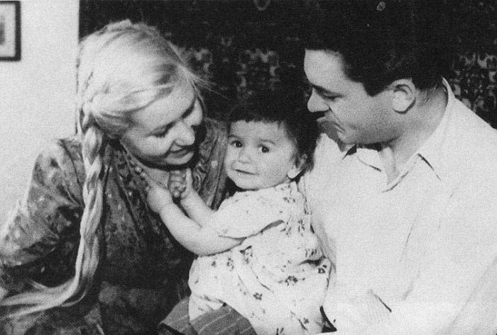 Наталья Бондарчук в детстве с родителями. / Фото: www.kino-teatr.ru