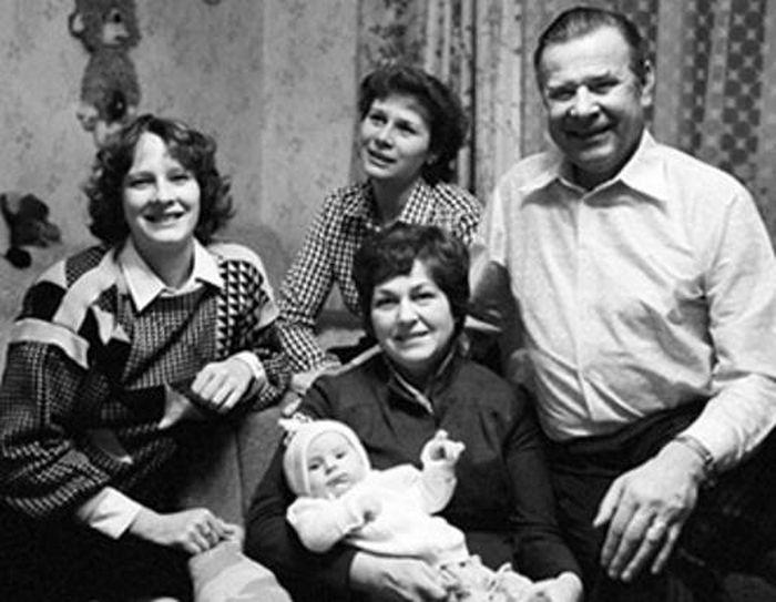 Лев Яшин с женой Валентиной Тимофеевной, дочерьми Леной и Ирой и внучкой. / Фото: www.biography-life.ru