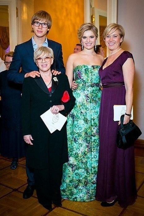 Варвара Владимирова с мамой Алисой Фрейндлих и детьми, Никитой и Анной. / Фото: www.top100ru.com