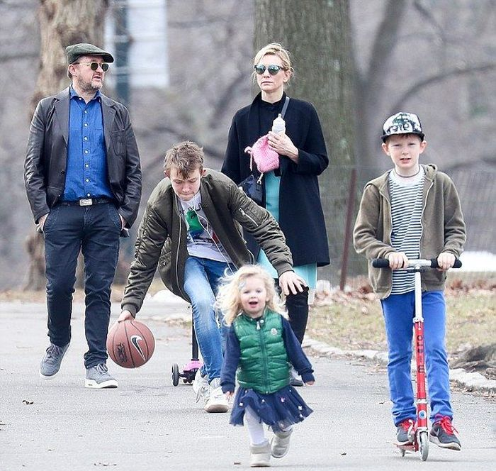 Кейт Бланшетт и Эндрю Аптон с детьми. / Фото: www.pinimg.com