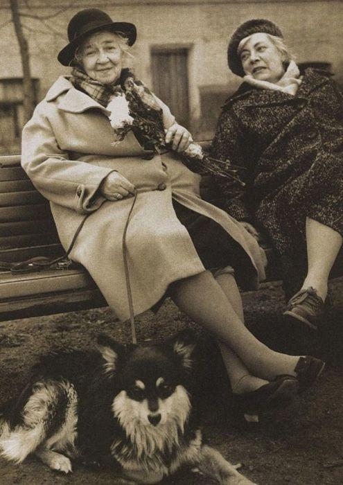 Фаина Раневская с сестрой Изабеллой и собакой по кличке Мальчик. / Фото: www.twimg.com