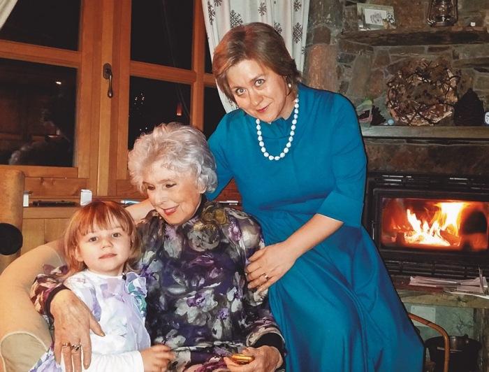 Вера Васильева с обретёнными дочкой и внучкой. / Фото: www.kioskplus.ru