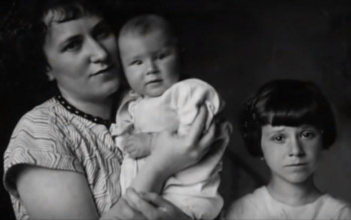 Екатерина Георгиева с дочками, Татьяной (на руках) и Наташей. / Фото: www.tvkultura.ru