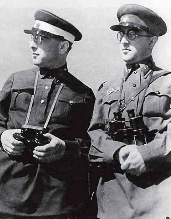 Михаил Кольцов с братом Борисом Ефимовым. / Фото: www.kpcdn.net