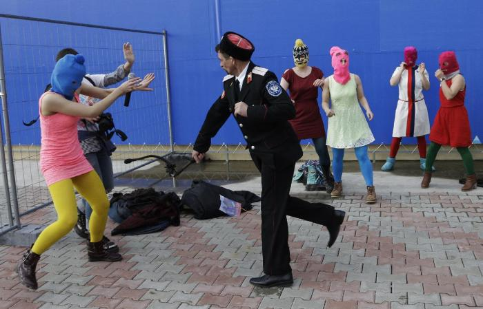 Участниц Pussy Riot избивает казак с нагайкой. / Фото: www.vespa.media