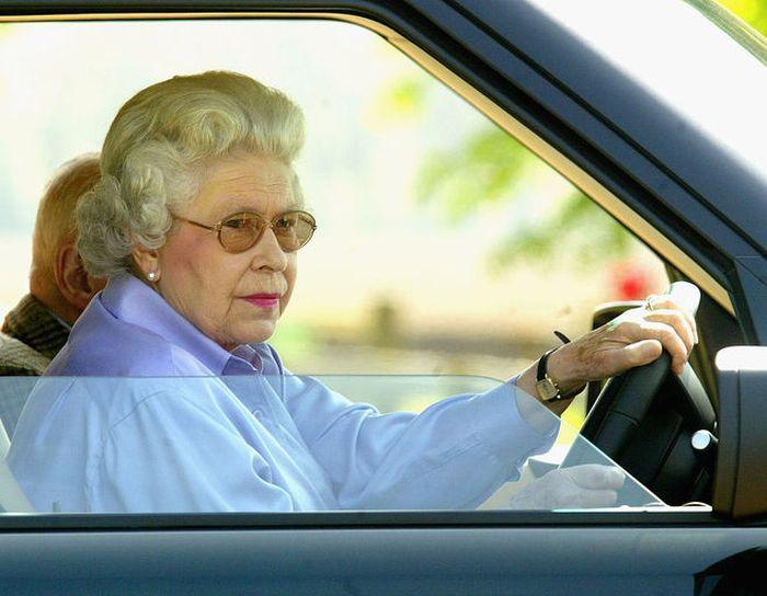 Елизавета II за рулём. / Фото: www.tchkcdn.com