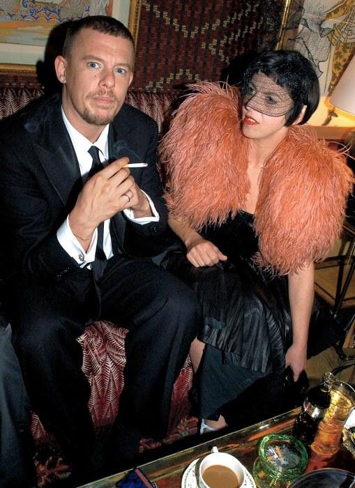 Александр Маккуин и Изабелла Блоу. / Фото: www.fashionindustrybroadcast.com