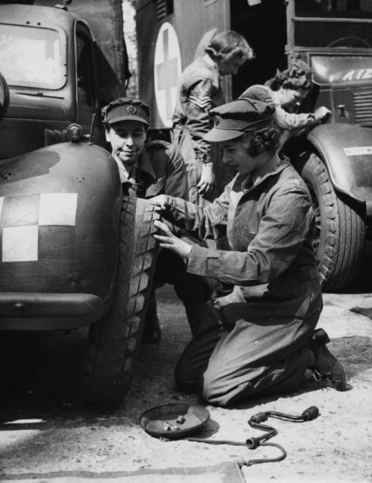 Принцесса Елизавета учится менять колесо, апрель 1945 года. / Фото: www.mentalfloss.com