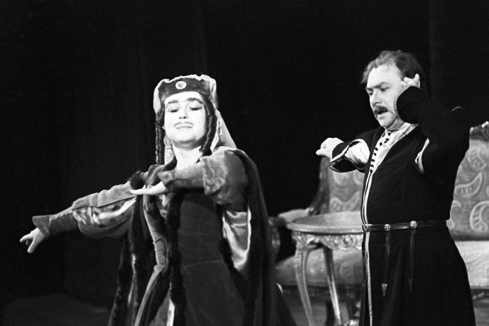 Николай Трофимов и Людмила Макарова в спектакле «Ханума». / Фото: www.rg.ru