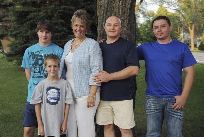 Уолтер Половчак с младшим братом Михаилом, женой Маргарет и сыновьями Алеком и Кайлером. 2010 год. / Фото: www.yablor.ru
