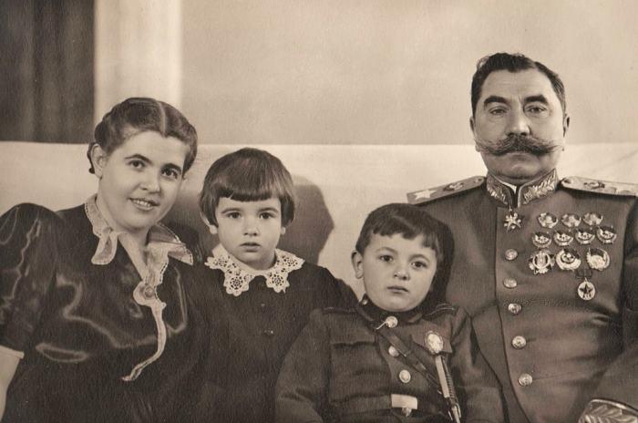 Семён Михайлович Будённый с женой и детьми, Ниной и Серёжей. / Фото: www.mywaymag.ru