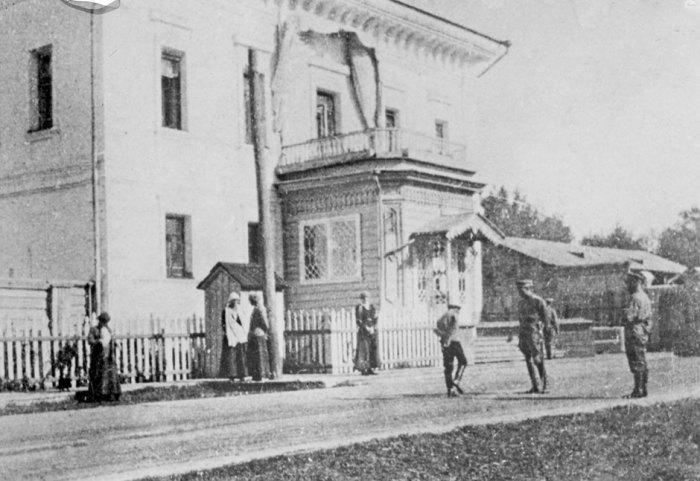 Слева великие княжны, Алексей в центре с оÑранником. Тобольск, 1917–1918 гг. / Фото: www.itexts.net
