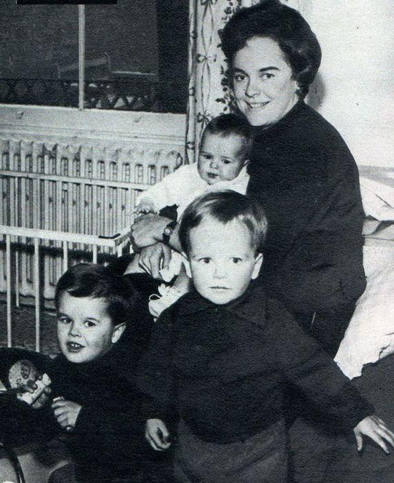Сюзанна Фаррингтон с сыновьями. / Фото: www.pinimg.com