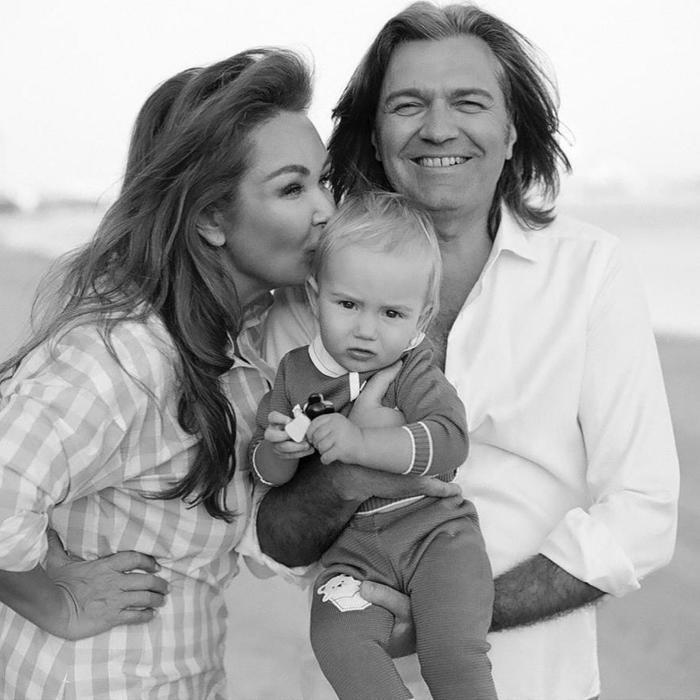 Елена и Дмитрий Маликовы с сыном. / Фото: www.eva.ru