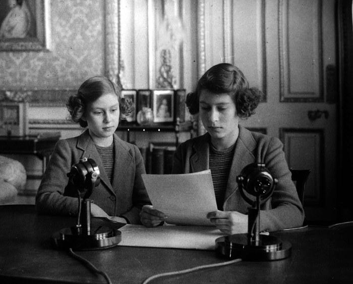 Принцессы Елизавета и Маргарет выступили на радио во время Второй мировой войны. / Фото: www.thesun.co.uk