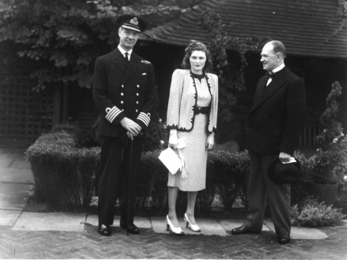 1941 год: Памела Черчилль на открытии парка Derry rooftop Gardens на Хай-Стрит в Кенсингтоне с генеральным директором универмага Derry and Toms и капитаном Адмиралтейства (слева). / Фото: www.gettyimages.ae