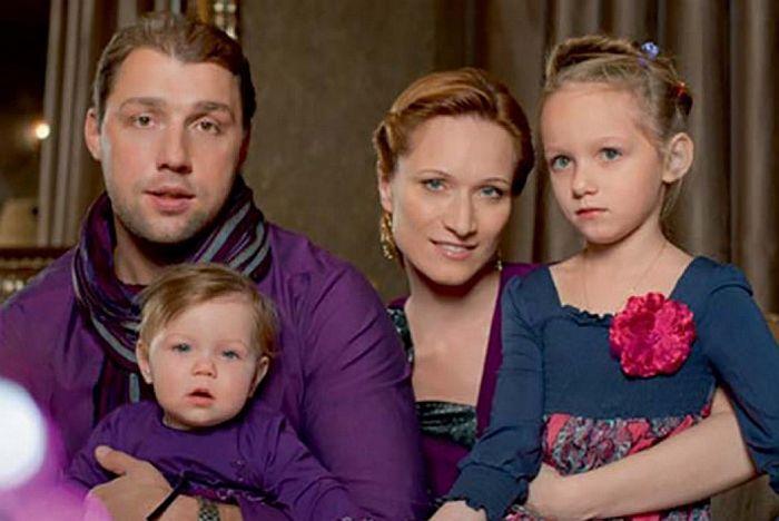 Мария Киселёва и Владимир Кирсанов  с дочками Дашей и Сашей. / Фото: www.dlymilixdam.ru