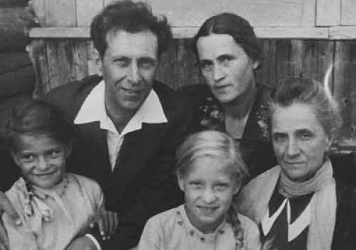 Дмитрий Лихачёв с женой, мамой Верой Семёновной и дочками Людмилой (слева) и Верой. / Фото: www.infourok.ru