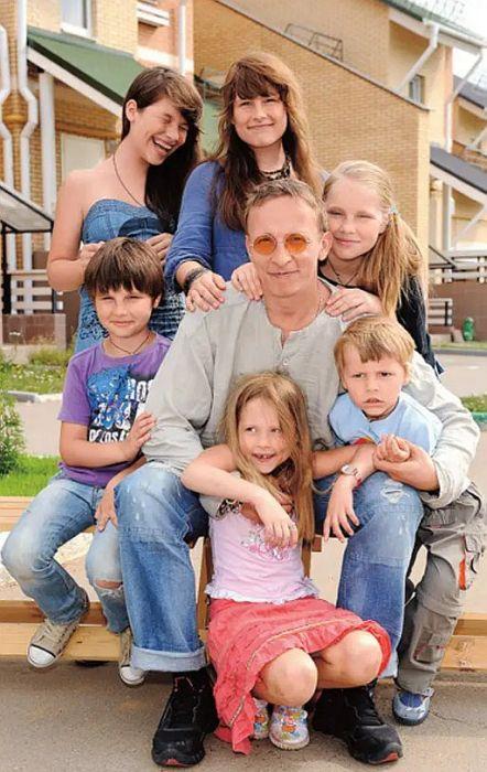 Иван Охлобыстин с детьми. / Фото: www.mt.ru