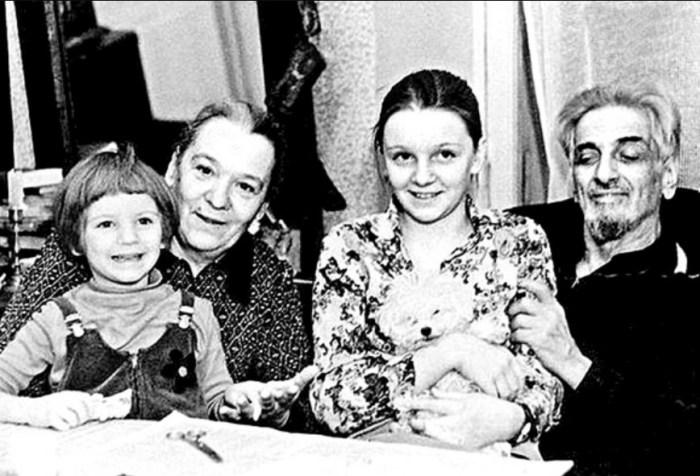 Виктор Ардов и Нина Ольшевская с внучками Ниной и Аней. / Фото: www.makira.ru