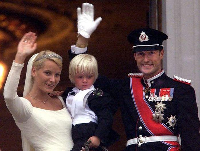 Принц Хокон и принцесса Метте-Марит с сыном Мариусом в день бракосочетания. / Фото: www.pinimg.com