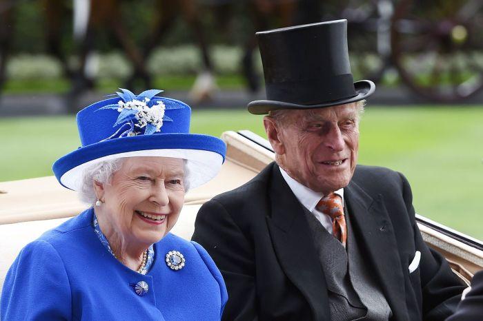 Елизавета II с мужем. / Фото: www.thoughtco.com