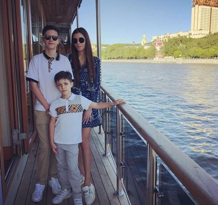 Мария Нахапетова с сыновьями. / Фото: www.instagram.com