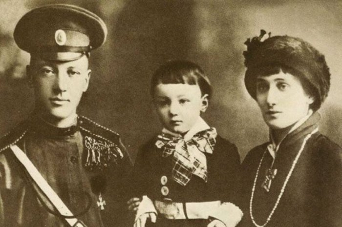 Николай Гумилёв и Анна Ахматова с сыном. / Фото: www.twitter.com