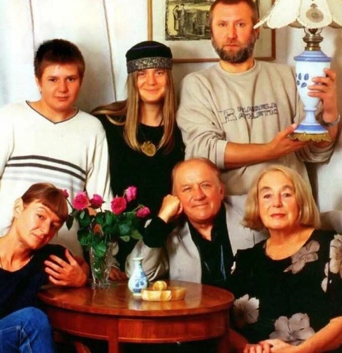 Екатерина Дурова с родителями, вторым мужем Владимиром Ершовым и детьми Катей и Иваном. / Фото: www.nastroy.net