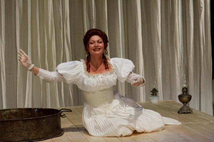 Инесса Перелыгина в спектакле «Чайка». / Фото: www.lensov-theatre.spb.ru