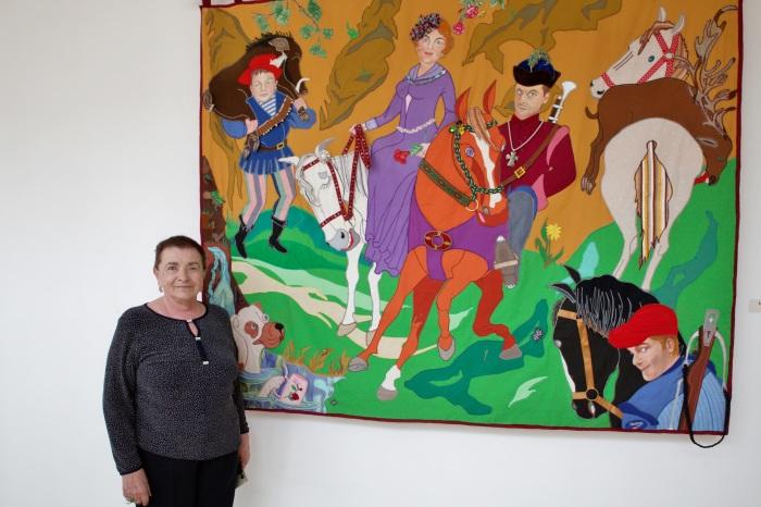 Нина Будённая на фоне одной из своих работ. / Фото: www.rah.ru