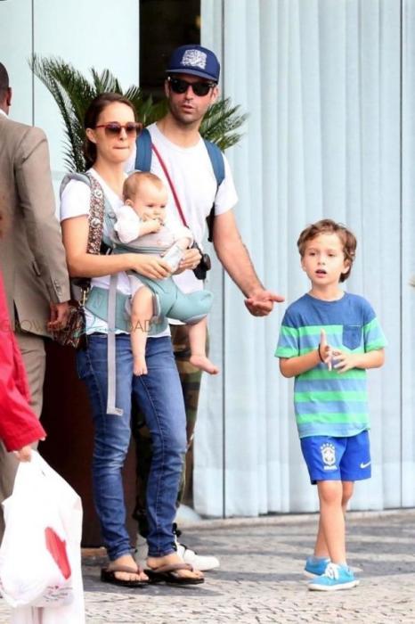 Натали Портман и Бенжамен Мильпье с детьми. / Фото: www.hellomagazine.com