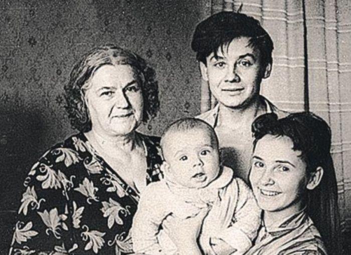 У молодых родителей были верные помощницы, помогавшие воспитывать первенца. / Фото: www.kakprosto.ru