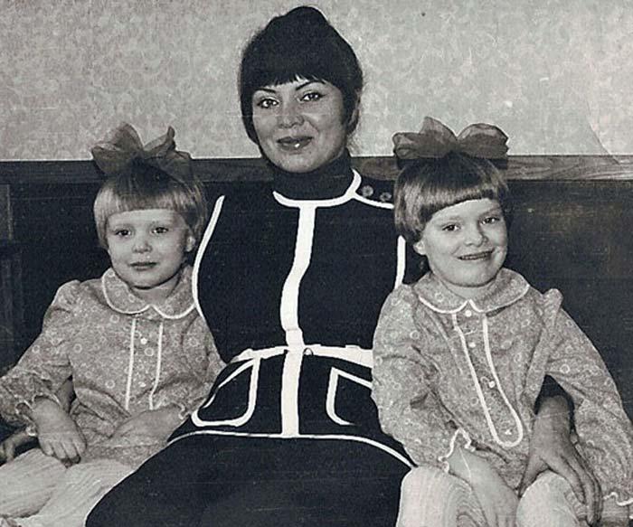 Аня и Оля Копосовы с мамой. / Фото: www.telesem.ru