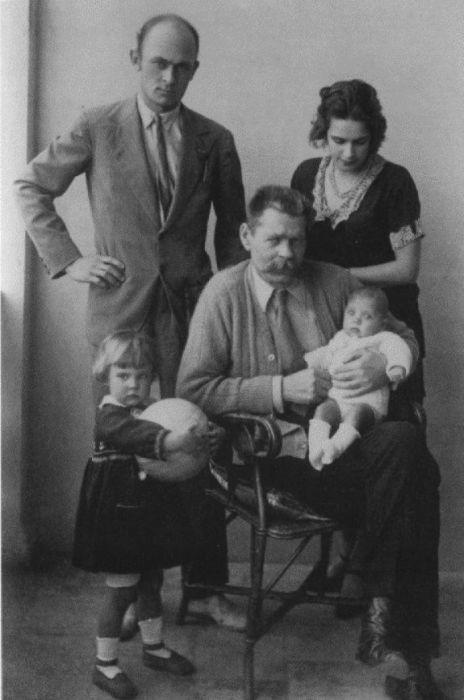 Максим Горький с сыном Максимом, снохой Надеждой (Тимошей) и внучками Марфой и Дарьей. / Фото: www.booksonline.com.ua