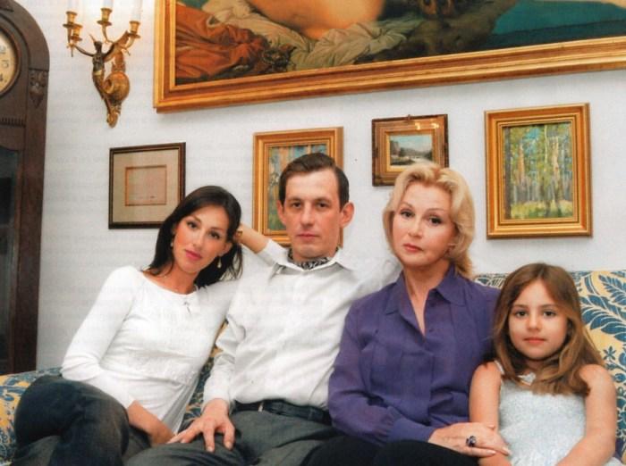 Александр Басов с сестрой Лизой, мамой и дочерью Лизы. / Фото: www.liveinternet.ru