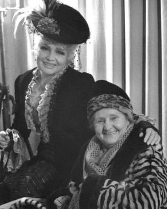 Анастасия Георгиевская и Татьяна Доронина в спектакле «На всякого мудреца довольно простоты». / Фото: www.mxat.ru